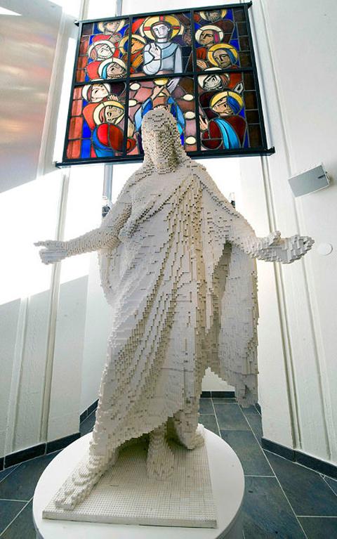 lego-statue-of-jesus1