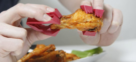 Finger Tongs Allow You To Eat Wings Fearlessly