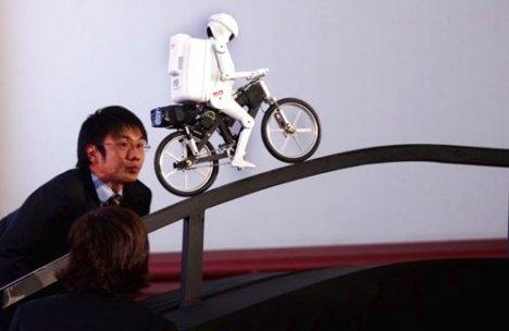 MURATA_BOY_bicycle_riding_robot_3_1.jpg